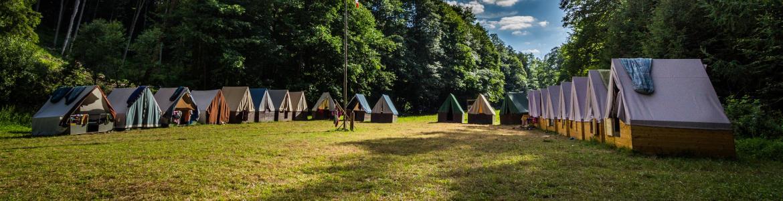 Cabañas de madera en instalación de campamento