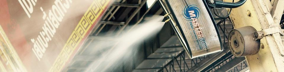 Imagen desde abajo de un ventilador - pulverizador de agua