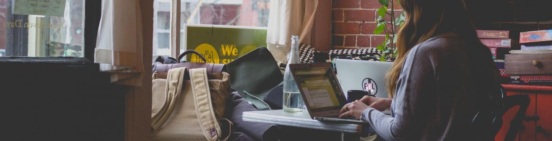 Chica estudiando en casa con portátil