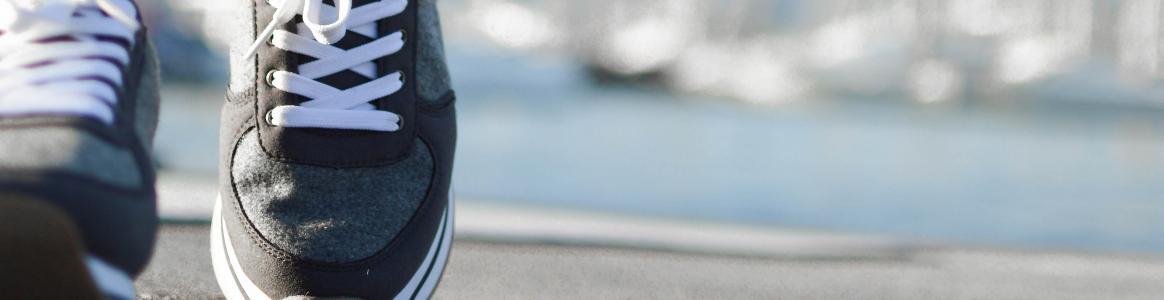 Caminando sobre la calle con zapatillas deportivas