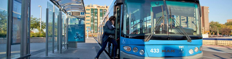 Imagen de mujer subiendo a un autobús urbano de EMT