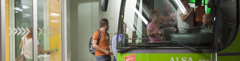 Personas subiendo a un autobús interurbano