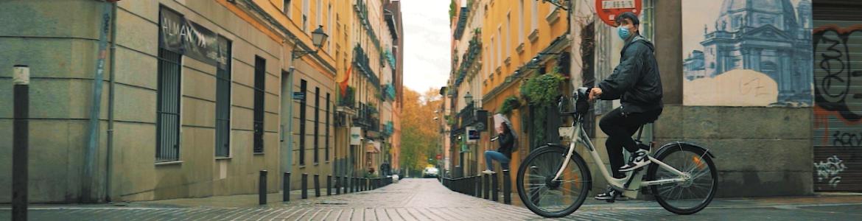 Joven en bicicleta por la calle