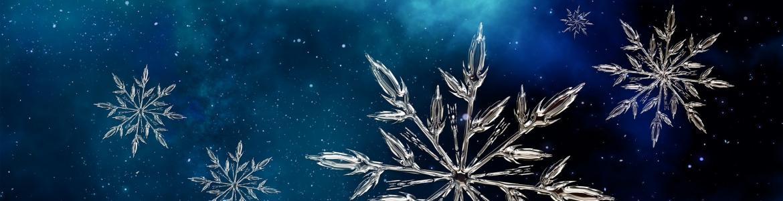 Imagen de unos copos de nieve sobre fondo azul