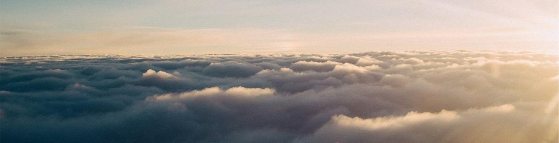 Imagen de una nubes atravesadas por el sol