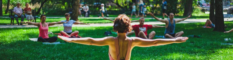 Grupo de personas haciendo yoga en el parque