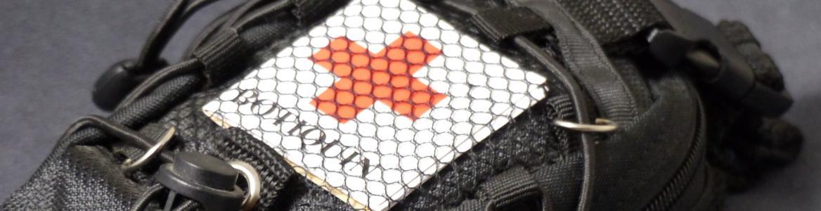 Vista de una pequeña bolsa que contiene un botiquín