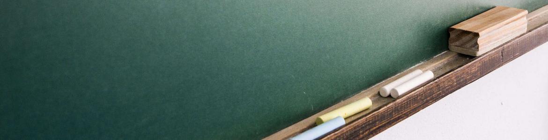 Pizarra verde con tizas y borrador