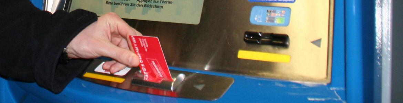 Mano insertando una Tarjeta Multi en una máquina de Metro