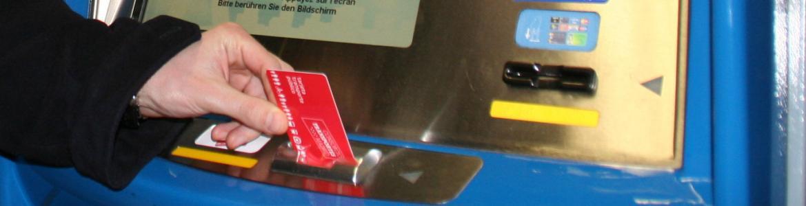 Mano insertando una Tarjeta Transporte Público en una máquina de Metro