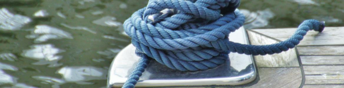Cuerda azul enrollada en un puerto