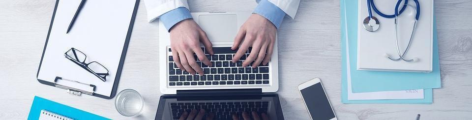 Persona que está escribiendo en un ordenador portátil