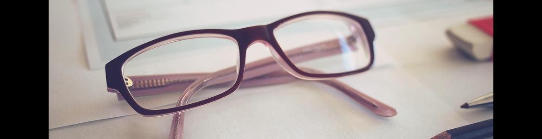 gafas sobre impresos
