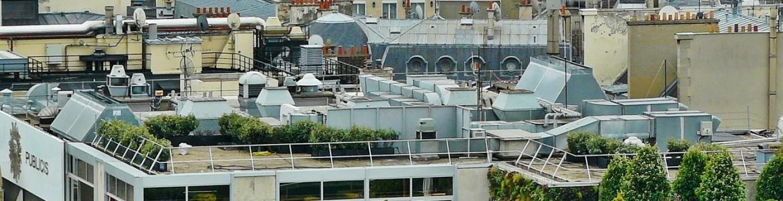 Imagen de un tejado con torres de refrigeración