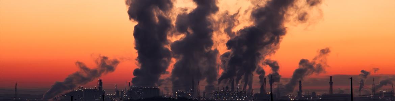 Imagen de puesta de sol de una industria química