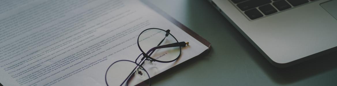 Impresos, teclado ordenador, gafas