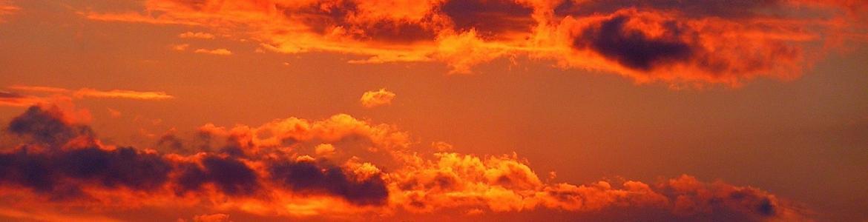Imagen de una atardecer con nubes rojas