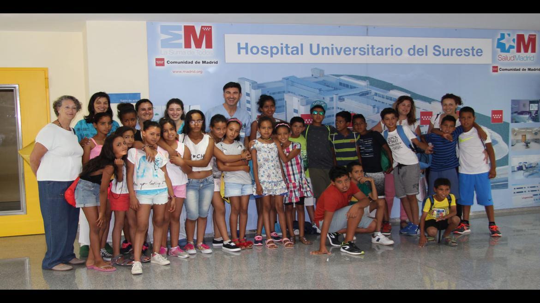 Niños saharauis durante su visita al hospital para vacunarse