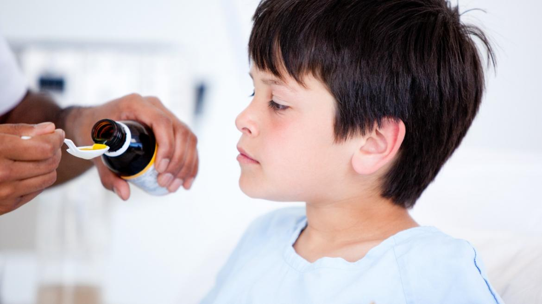 niño tomando medicamentos