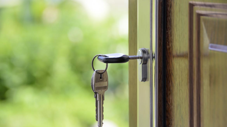 Llave en la cerradura de una puerta abierta