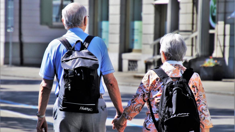 Pareja de mayores con mochila
