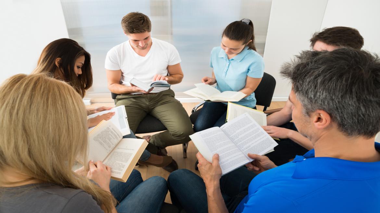Grupo de jóvenes leyendo