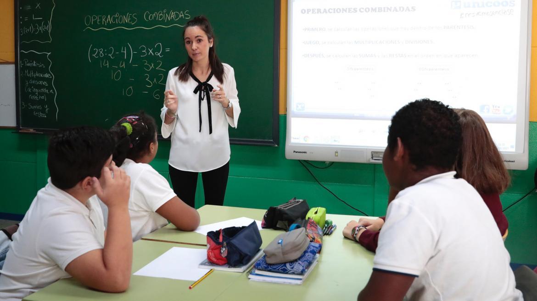Alumnos atienden al profesor durante la clase