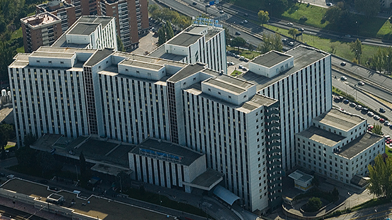 Imagen aérea de una de las fachadas del Hospital Universitario Ramón y Cajal