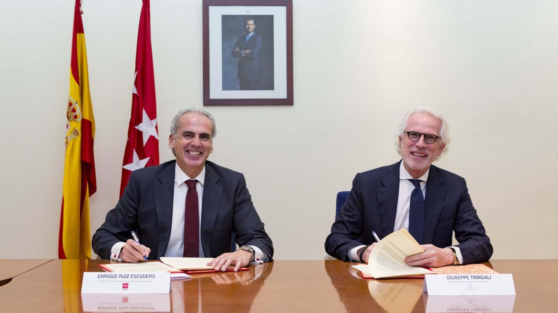 El consejero de Sanidad y el presidente de curArte firmando el convenio
