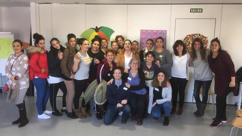 Foto de grupo de mujeres gitanas y profesionales del Centro de Salud Orcasitas