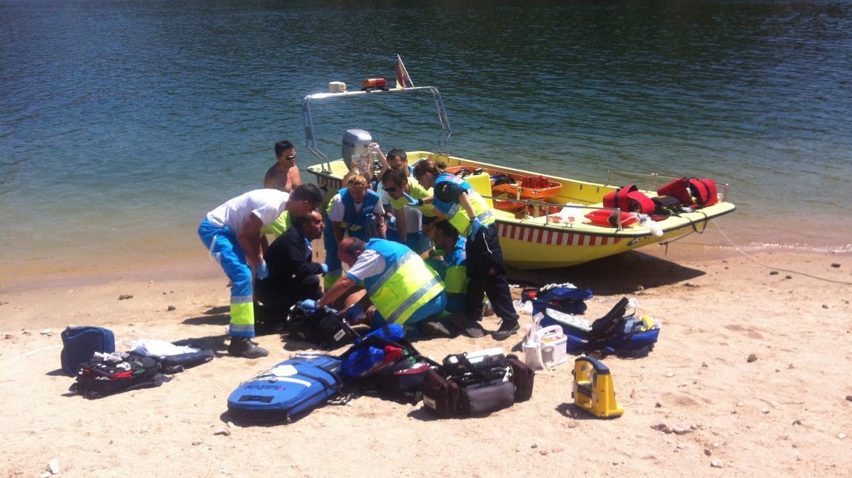 Profesionales del SUMMA 112 realizan la asistencia sanitaria a un paciente rescatado en el Pantano de San Juan