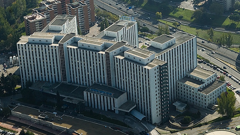 Imagen de una de las fachadas del Hospital Universitario Ramón y Cajal