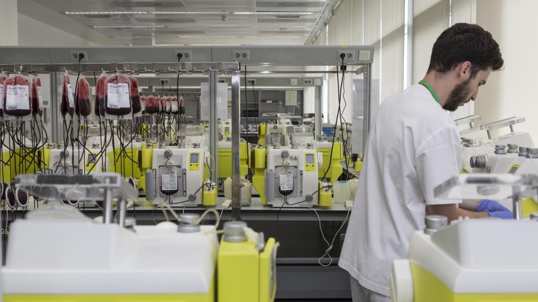 sala de fraccionamiento con máquinas que separan los componentes de la sangre