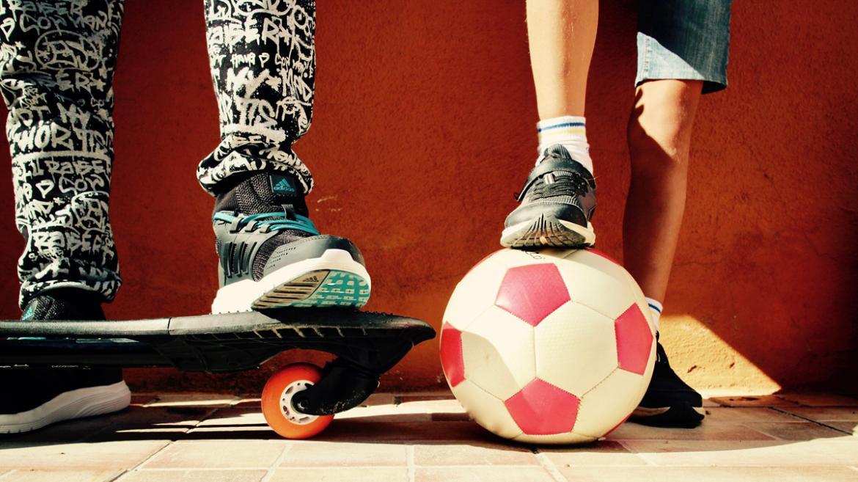 pies de jóvenes con monopatín y balón