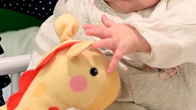 Mano de la niña trasplantada