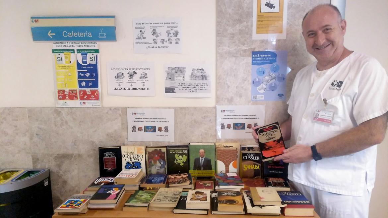 Mesa con los libros expuestos para repartir