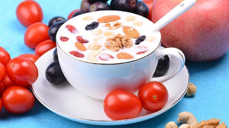 Taza de leche con cereales y frutas