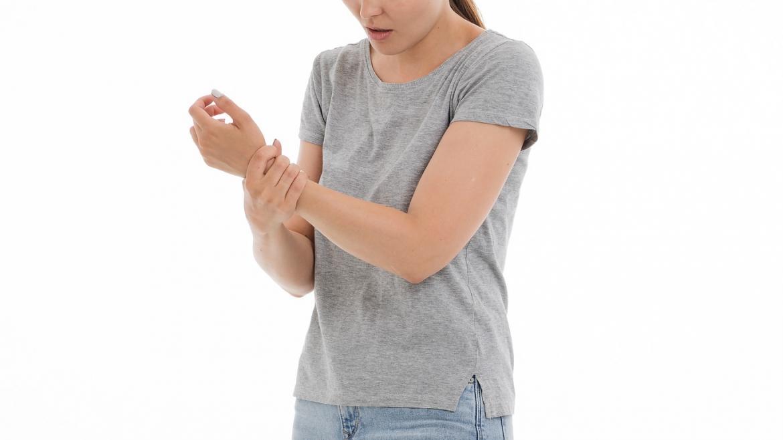 Persona con dolor en el brazo