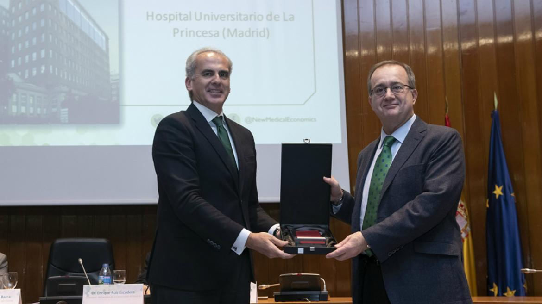 El consejero de Sanidad, Enrique Ruiz, entrega el premio al gerente de La Princesa, Fidel Illana