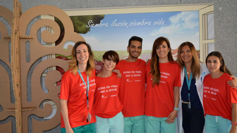 Profesionales del Hospital con camisetas que animan a la donación