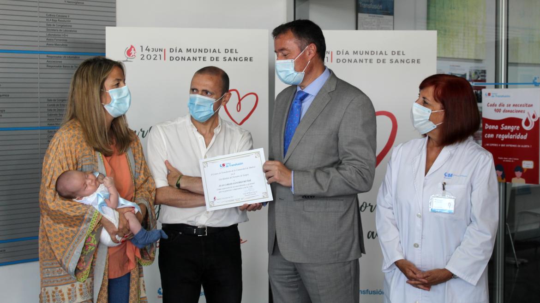 foto de grupo delante del cartel del Día mundial del donante de sangre