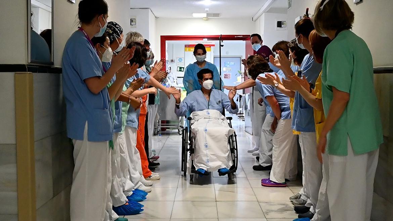 paciente y profesionales del hospital gregorio marañón