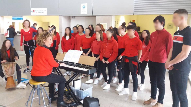 Coro de alumnos en el vestíbulo del hospital