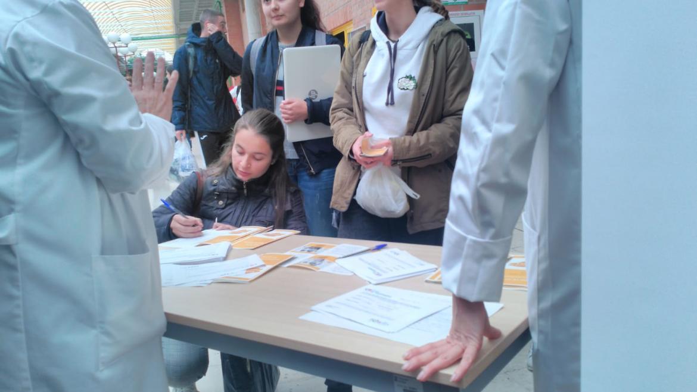Alumnos de medicina de la UAH en el punto de información sobre donación de médula
