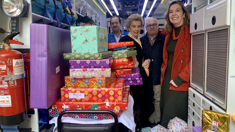 Foto de familia en el interior de la UVI móvil con los juguetes