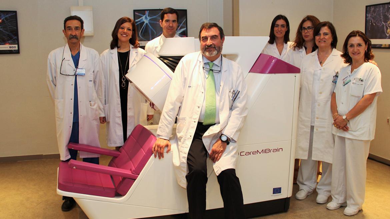 El jefe del Servicio de Medicina Nuclear, José Luis Carreras, junto al PET