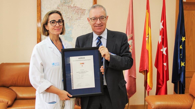 El gerente, José Soto; y la directora del Instituto del Niño y Adolescente, Esther Aleo, con el reconocimiento