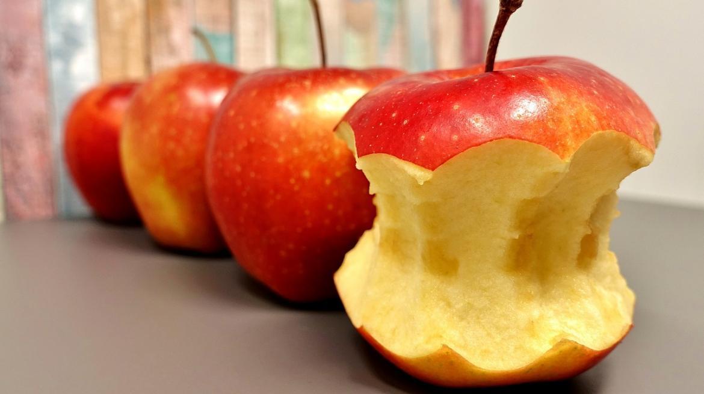 Tres manzanas, una de ellas mordisqueada