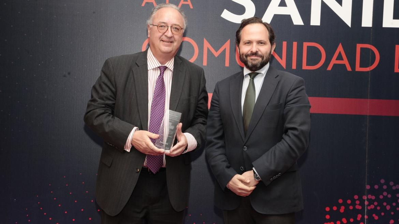 Rodríguez Mañas recibe el premio de manos del viceconsejero de Humanización de la Asistencia