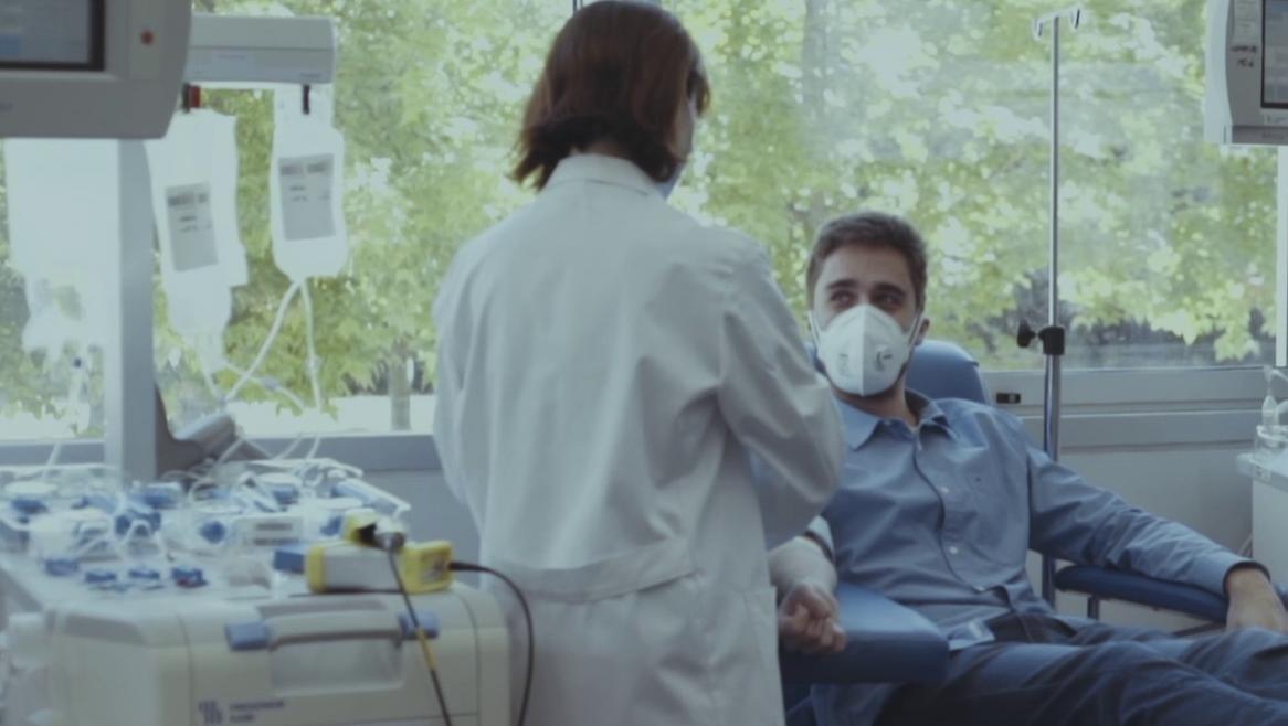 Una enfermera con un donante